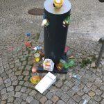 übervoller Müllbehälter